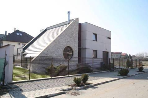 Casa judecătoarei Antonela Costache. O casă stil Bauhaus, care este păzită 24 de ore din 24. Un asemenea serviciu de pază costă în jur de 7.000 de lei pe lunăCitiţi mai mult: Am fost la Casa-buncăr a judecătoarei şpăgare - Justiţie