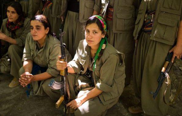 Femeile kurde luptă cot la cot cu bărbații pentru a-și proteja teritoriile de amenințarea grupării teroriste Statul Islamic