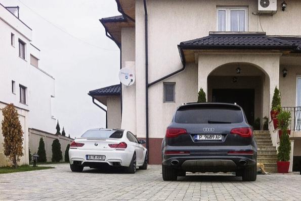 Audi Q 7 al familiei Rovanei Plumb cu număr bulgăresc parcat în faţa casei