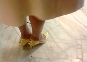 Elena Udrea a venit la Parlament vineri purtand o pereche de pantofi Louis Vuitton care au mici lacate pe calcai.